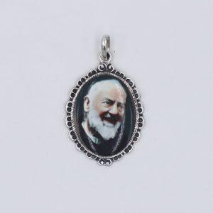 medalla de porcelana con filigrana alrededor del Santo del Siglo XXI, San Pío de Pietrelcina